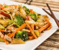 Delicioso chop suey de pollo y verduras