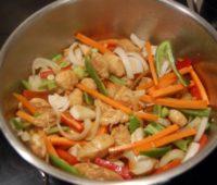 Delicioso chop suey con camarones para disfrutar con amigos